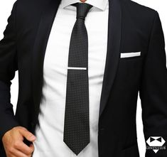 Nyakkendőtű ellátott Nyakkendő Fekete  Pontok, 2 darabos készlet Ez a csomag üzleti, vagy irodai öltözethez ajánlott. A kellékek egy külön egyéniséget biztosítanak a Méretek eleganciájával: nyakkendő: maximális szélessége a hegyénél 8 cm, a nyakkendő dísztű hosszúsága 6 cm.A nyakkendő anyaga: polyester; a nyakkendő dísztű rozsdamentes acél; Típus: klasszikus; Modell: Mértani; Tisztítás: Nem kell mosni. Tűri a vegyszeres tisztítást. Ideal Man, Tie Set, Fashion Suits, Mens Fashion, Pocket Square, Dress Codes, Style Men, Men's Style, Well Dressed