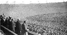 El 23 de abril de 1923 el máximo templo futbolístico abrió sus puertas. Diseñado en principio para 125.000 espectadores, ese día en Wembley, cuando Bolton Wanderers y West Ham disputaron la final de la FA Cup, accedieron por lo menos 150.000 y otros 20.000 quedaron afuera. A este partido se lo conoce como la final del caballo blanco, dado que el saque inicial se tuvo que retrasar 45 minutos a partir que se debió vaciar el campo de juego, el cual estaba repleto de personas; un policía…