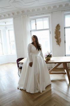 Wedding Dress Black, Plus Size Wedding Gowns, Wedding Dresses For Girls, Plus Size Brides, Plus Size Elopement Dress, Winter Wedding Dresses, Size 18 Wedding Dress, Dress Winter, Curvy Bride
