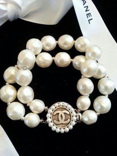Chanel this ! Chanel that ! Coco Chanel, Chanel Pearls, Chanel Jewelry, Pearl Bracelet, Pearl Jewelry, Diamond Jewelry, Chanel Bracelet, Bling Jewelry, Strand Bracelet