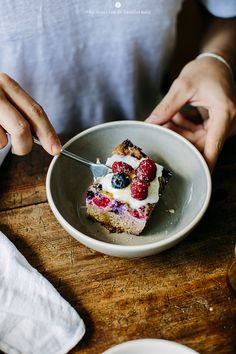 Millet baked with berries, spices and nuts / Marta Greber Make this with a nut or coconut milk! Best Dessert Recipes, Vegan Desserts, Delicious Desserts, Yummy Food, Savory Breakfast, Sweet Breakfast, Baking Basics, Gluten Free Sweets, How Sweet Eats