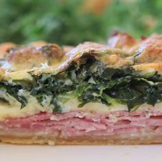Kale Quiche: packed with sautéed kale, swiss cheese, ham and parmesan, this quiche will be your new favorite brunch item! Make it over the weekend and reheat for breakfast during the week. Breakfast And Brunch, Breakfast Recipes, Frittata, Brunch Items, Sauteed Kale, Quiche Recipes, Cheese Recipes, Jewish Recipes, Gastronomia