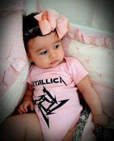 Maria Clara, linda num body do Metallica.