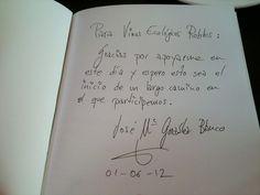 """José María González Blanco firmándonos el libro """"A gustar convidan"""", la gastropoesía."""