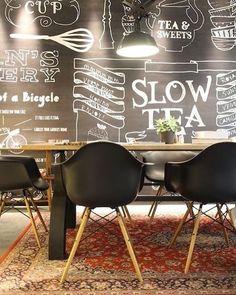 A prova maior de que tapete persa combina com absolutamente tudo!!! Charme extra ao estilo industrial. 🔸Stan & Co Utrecht🔸Projeto Rein Rambaldo - Horeca Fabriek Design & Interieur . . . . . . . . #interiores#design#arquitetura#archilovers#tapetepersa#estiloindustrial#industrailstyle#fabricstyle#tapetes#eames#cadeiraseames#mural#grafite