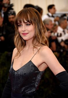 Dakota Johnson was born in His blue eyes and natural hair color is brown. She would get very nice mix of brown hair dye hair colors. Haircuts For Medium Hair, Hairstyles With Bangs, Trendy Hairstyles, Medium Hair Styles, Short Hair Styles, Hair Medium, Medium Long, Wedding Hairstyles, Blonde Color