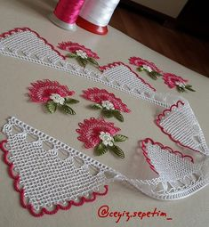 Para pedidos e información @ kokoshobiler . Crochet Borders, Filet Crochet, Needle Lace, Bobbin Lace, Necklace Tutorial, Knitting Videos, Thread Work, Guys And Girls, Crochet Flowers