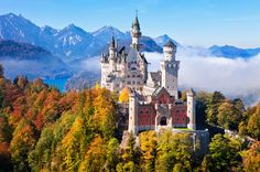 Visitar el castillo Neuschwanstein; un lugar rodeado de leyenda - Viajes de Novios. #Alemania  En nuestro post de hoy os invitamos a visitar el castillo de Neuschwanstein, una construcción magnífica en un entorno inigualable, nacida de la desbordante imaginación de un rey enigmático, solitario y desencantado con la realidad que le rodeaba, que llegó al trono con tan solo 18 años.  Seguro que todos habéis visto la Bella Durmiente del Walt Disney, ¿Verdad? Pues el castillo de Neuschwanstein es…