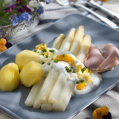Spargel waschen, schälen und in Salzwasser etwa 15 bis 20 Minuten garen. Eier pellen und fein hacken. Kräuter waschen, trocken tupfen und fein...