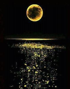 Full moon in the ocean (Lua cheia no oceano) Sun Moon, Stars And Moon, Stars Night, Moon Pictures, Beautiful Moon, Moon Art, Amazing Nature, Night Skies, Moonlight