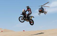 Испанец Джоан Барреда Борт на мотоцикле Husqvarna участвует в первом этапе ралли Дакар между Лимой и Писко, 5 января. (Виктор Кайвано/Associated Press)