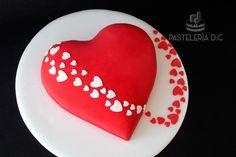 Torta con diseño de corazones para celebrar el amor / Heart shaped cake.