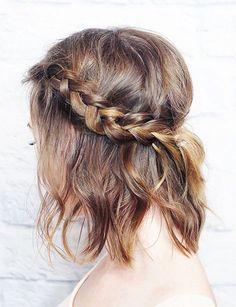 Une tresse cascade Sur cheveux mi-longs, cette coiffure permet de garder la nuque bien habillée tout en dégageant le contour du visage.