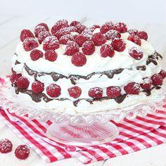 Frasiga marängbottnar och fluffig hallongrädde –en superläcker, lättgjord tårta!