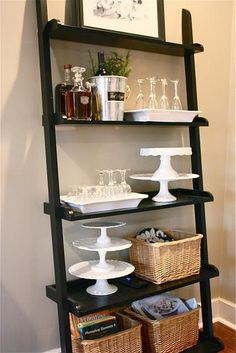 Los mueble bar son muy cómodos para guardar copas, botellas, la coctelera... Una forma genial de mantener el orden en el comedor.