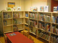 Ihanan värikäs ja kutsuva lastenosasto! Tekee mieli mennä selailemaan kirjoja jos vaikka löytäisis ne lapsuuden kirjat. Muistoja...