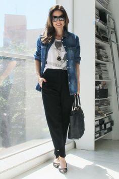 Camisa Guess, camiseta Zara, calça NK Store, colar Gabriela Pires e sapatilha Tatiana Loureiro.