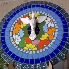 Linda mandala floral em mosaico de pastilhas de vidro e azulejos finos. Aproveite a energia das flores e das cores transformando um cantinho especial de sua casa.  Nas cores de sua preferência. Poderá optar em adquirir a mandala com ou sem o Divino Espírito Santo