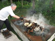 Authentic Maine Lobster Bake with Corn on the Cob, Steamers, Potatoes all cooked on the Fire wrapped in Seaweed. Seafood Boil Recipes, Lobster Recipes, Seafood Dishes, Lobster Bake, How To Cook Lobster, Kennebunkport Maine, Boiled Food, Local Seafood, New England
