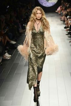 Gigi Hadid slayed on the Anna Sui runway on Monday during New York fashion week, but she also had to battle a wardrobe malfunction while doing so. Couture Fashion, Runway Fashion, Fashion Models, High Fashion, Fashion Show, Steampunk Fashion, Gothic Fashion, Anna Sui, Gigi Hadid Runway