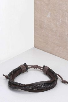 Pin for Later: 50 kreative Wichtelgeschenke unter 10 €  Boohoo gestricktes Herren-Armband (3 €)