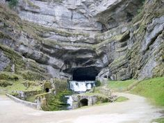 Jaillissant d'une caverne large de 60 m et haute de 30 m creusée dans une paroi surplombante de plus de 100 de hauteur, la source de la Loue n'est autre qu'une majestueuse résurgence du Doubs. Magie et grandeur règnent sur cette « reculée » (cirque clos).