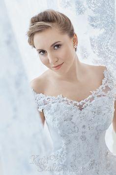 Elegáns menyasszonyi ruha, csipkés vállal. Szoknyarésze szélcsipkével díszített. Lefutó mintája különlegesen nyújta viselőjét. Lace Wedding, Wedding Dresses, One Shoulder Wedding Dress, Fashion, Bride Dresses, Moda, Bridal Gowns, Fashion Styles, Weeding Dresses