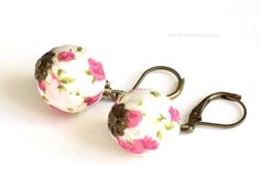 Lovely white and pink Liberty textile earrings made with wooden beads covered with Liberty print fabric, various antique brass components including leverback hooks.  Enjoy the pleasure of wearing unique handcrafted designer jewelry. All my jewels are made with patience, great skills and care. Please, keep these textile earrings away from water, beauty and household products.  These earrings will be shipped gift wrapped. Nickel and lead free. Bead diameter: 1,5cm or 9/16 inch.
