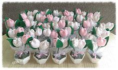 vasinhos sextavados de mdf com 2 tulipas em tecido.  Lindas lembrancinhas pra nascimento, batizado, cha de bebe, maternidade, aniversario.  Seus convidados vao adorar.    Vao embalados na base por filo, fita de cetim e tag personalizada.  Cores e estampas das tulipas a escolher. Ver disponibilida...