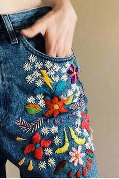 denim bordado por tessa perlow bordado a mano # bestickte jeans von tessa perlow handstickerei Hand Embroidery Patterns, Embroidery Stitches, Embroidery Designs, Embroidery Kits, Embroidery On Jeans, Flower Embroidery, Simple Embroidery, Sewing Stitches, Embroidery Fashion