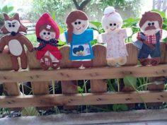 Fantoches com paus de espetadas da história do Capuchinho vermelho. Contém as 5 personagens: o capuchinho vermelho, a mãe, avó, lobo mau e lenhador. São feitos em feltro e têm um ligeiro enc...
