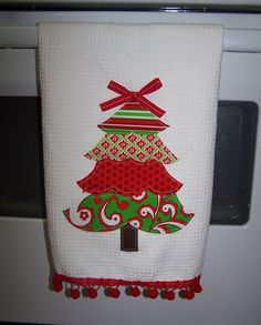 Applique Christmas Towel with pom-pom trim along the bottom! Christmas Towels, Christmas Tea, Christmas Sewing, Christmas Shirts, Christmas Projects, Holiday Crafts, Christmas Patterns, Sewing Appliques, Applique Patterns