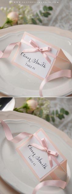 Egyszerű, elegáns és romantikus ültetőkártya esküvőre.