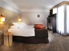 Hôtel Aigle des Neiges **** à Val d'Isère (Maranatha Hotels) Val D'isère, Bed, Furniture, Home Decor, Eagle, Photo Galleries, Decoration Home, Stream Bed, Room Decor