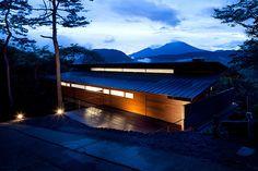 Una casa japonesa cuyo diseño respeta el entorno y hace de él el verdadero protagonista para el resto de la decoración..