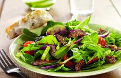 Skikkelig digg salat med marinert biffkjøtt og herlige asiatiske smaker. Passer like godt til en sen lunsj som til en lett middag.