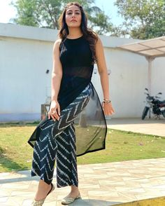 Casual Indian Fashion, Indian Fashion Dresses, Dress Indian Style, Indian Designer Outfits, Stylish Dresses For Girls, Stylish Dress Designs, Designs For Dresses, Stylish Kurtis Design, Simple Kurta Designs