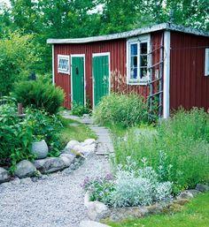 rabatt torp Scen-sommar i trdgrden Hus amp; Swedish Cottage, Red Cottage, Garden Cottage, Home And Garden, Modern Garden Design, Patio Design, Outdoor Spaces, Outdoor Living, Red Houses