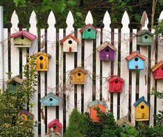 Télen sok kertben jelennek meg madáretetők, madárházak, ami egyfelől kedves dolog a madarakra nézve, másrészt kiváló kerti dekoráció is. A madáretetőről sokunknak elsőre egy hevenyészve összetákolt fakocka ugrik be, ám ha valóban díszes etetőt szeretnénk, akkor itt nem szabad megállni. Egy szép…