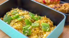 Con la nostra esperta, la food blogger Francesca Giovannini, prepariamo una schiscetta perfetta di riso saltato con pollo e piattoni.