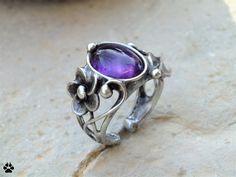 Fialka+-+prsten+s+ametystem+Fialka+-+prsten+s+ametystem++Autorský+prsten+-+vyroben+z+cínu+se+stříbrem,+drátu+a+kabošonu+z+ametystu.+Velikost+kamínku+je+1,3x1cm,prsten+je+vyroben+ve+velikosti55+a+lze+zvětšit+roztažením.+Šperk+je+patinován,+broušen,+leštěn.+Ošetřeno+antioxidačním+olejem.+Ametyst+Užití:+čistota,+stres,+sny,+léčení+alkoholismu,+láska,+klid,+ochrana,...