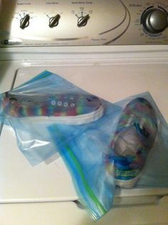 Put your shoes in a plastic bag so the dye doesn't dry out, leave it there for 24 hours How To Dye Shoes, Your Shoes, Tie Dye, Plastic, Bag, How To Make, Crafts, Manualidades, Plastic Art