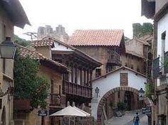Pueblo Español, Barcelona.  Es un museo al aire libre que pretende reunir una muestra de todas las poblaciones y cultura española.