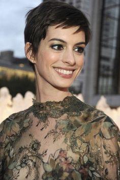 Anne Hathaway,capelli corti.