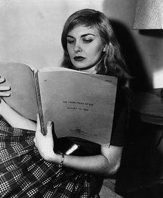 Joan Woodward reading The Three Faces of Eve (Nunnally Johnson, 1957)