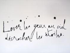 """Sticker """"Lever les yeux au ciel Décrocher les étoiles"""" Noir.Très joli graphisme pour ce texte plein de poésie...Vinyle. Fabrication française, découpé à fleur de motif et évidé à la main. Se pose facilement sur tous supports lisses sans l'abîmer. Lessivable.40cm/20cm."""