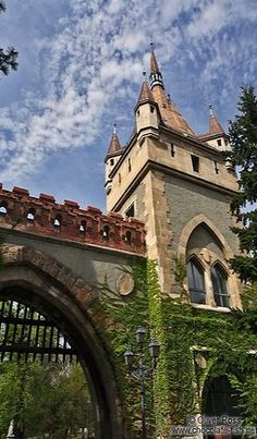 Ungarn Pest Seite/Tower and gate at Budapest Vajdahunyad castle Fantasy Castle, Fairytale Castle, Beautiful Castles, Beautiful Places, Castle Pictures, Castle Ruins, Abandoned Castles, Amazing Architecture, Wonders Of The World