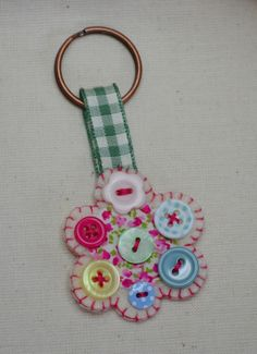 little button keyring by Claire McKayChange to mini hexies. Ring Crafts, New Crafts, Hobbies And Crafts, Jewelry Crafts, Felt Keyring, Diy Keychain, Button Art, Button Crafts, Craft Gifts