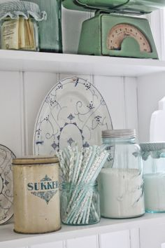 Ik hou van de vintage keuken spullen, zoals blikken en de weegschaal, maar vooral ook de kleuren, mint groen, pastel blauw | VIBEKE DESIGN