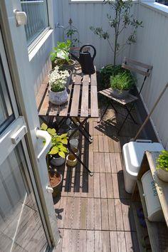 こちらの素敵なベランダのように、基本はウッディなテーブルとお花&グリーンが主役ですね☆ ほっと心が和むような癒しの空間があると、毎日の生活がさらに楽しくなりそうです♪ Outdoor Balcony, Balcony Garden, Outdoor Decor, Cute House, Tiny House, Porches, Sunroom, Outdoor Living, Living Spaces